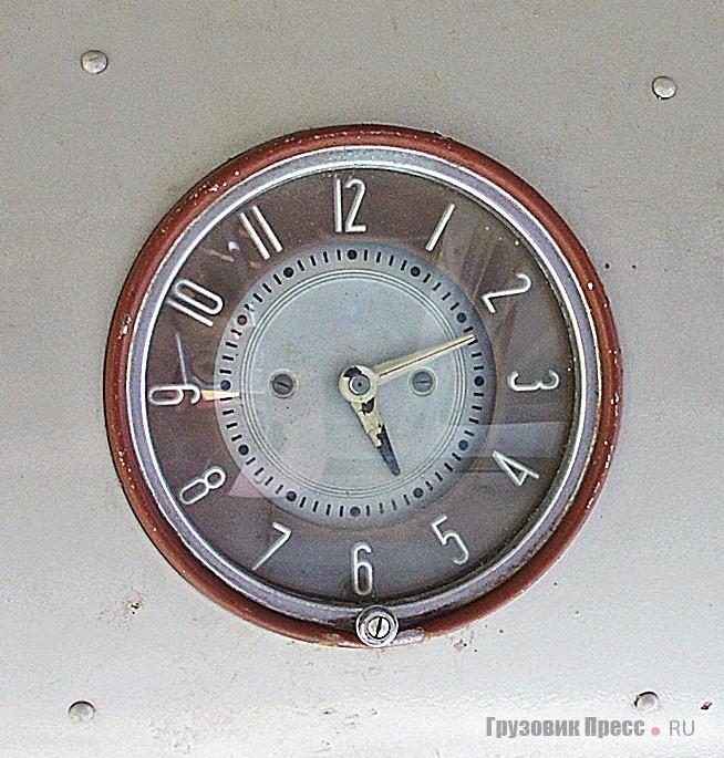Такие часы можно было наблюдать и в интерьере ГАЗ-12, М-20, ГАЗ-21…
