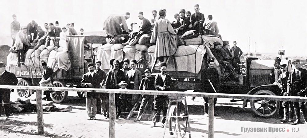 Погрузка принадлежащему Г.К Васильеву автомобиля NAG в Джульфе, 1911г. Если сравнить этот снимок сотдельными современными фотографиями грузопассажирских перевозок на Востоке, то видно, что с тех пор в эксплуатации автотранспорта в некоторых регионах Азии значительных изменений не произошло