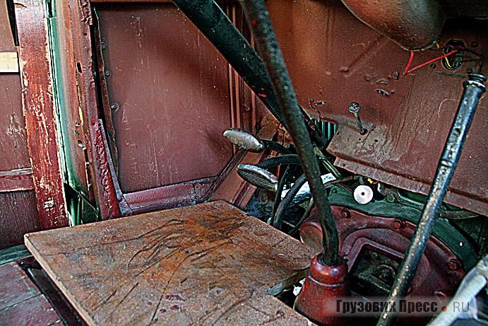 Педальный узел, над педалью газа расположен привод электростартёра