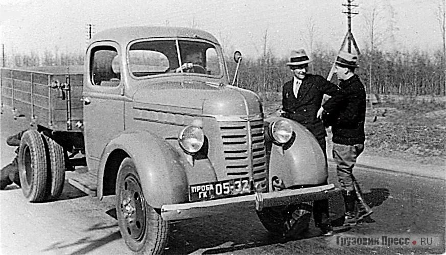 ГАЗ-51 в дорожных испытаниях. Руководит испытаниями будущий главный конструктор КАЗа и ЗИЛа Анатолий Кригер (стоит слева)