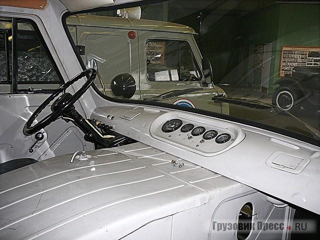 «Изюминка» всей коллекции – санитарный УАЗ-450А выпуска начала 1960-х. На улице такую машину уже давно не встретишь. Да и у коллекционеров этих машин немного, тем более в таком отличном состоянии. Поистине этот экземпляр в силу исторической ценности и состояния сохранности может претендовать на особый статус в заводском собрании.