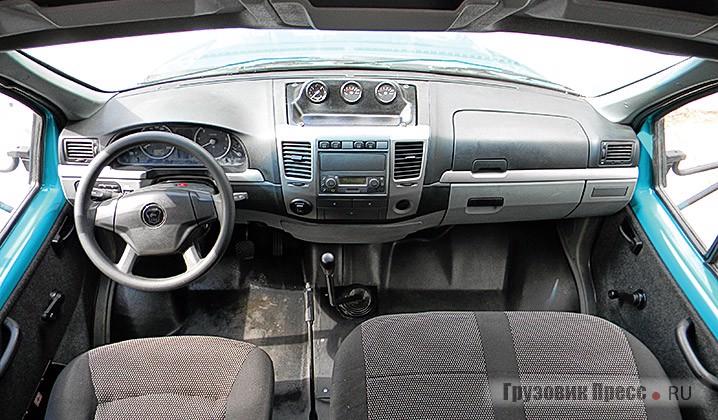 Интерьер «Тайги» по сравнению с «пещерой» ГАЗ-3308 кажется просто шикарным, особенно радуют регулируемая рулевая колонка и компактное рулевое колесо
