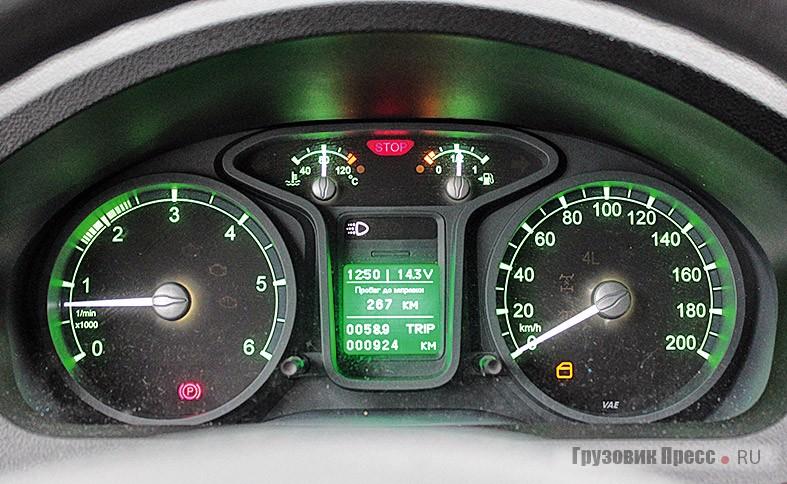 Рабочее место водителя вполне современное, яркие зелёные шкалы приборов радуют глаз