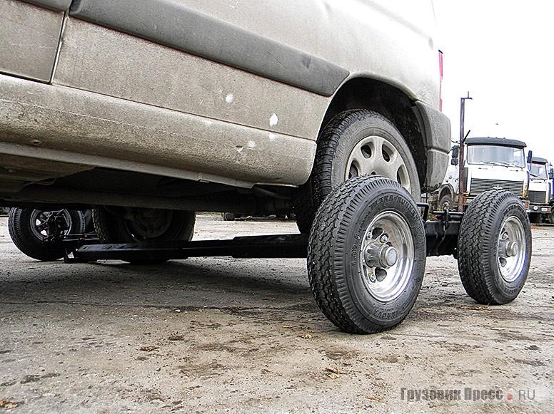 Если ведомые колёса буксируемого ТС заблокированы, под них подкатывается специальная тележка, легко монтируемая оператором эвакуатора в одиночку