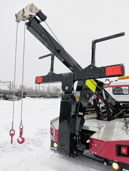 Стрела с двумя тросами на Jerr-Dan MPL-40 суммарной грузоподъёмностью 3,6 т – атрибут спасательной техники Oshkosh – будет полезна для буксировки ТСиз кювета или для постановки на колёса перевернувшихся авто