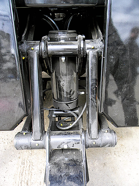 В отличие от среднетоннажного полупогруза MPL-40 тяжёлый MPL-320 оснащён независимой балкой с отдельным гидроцилиндром и независимой 2-секционной стрелой