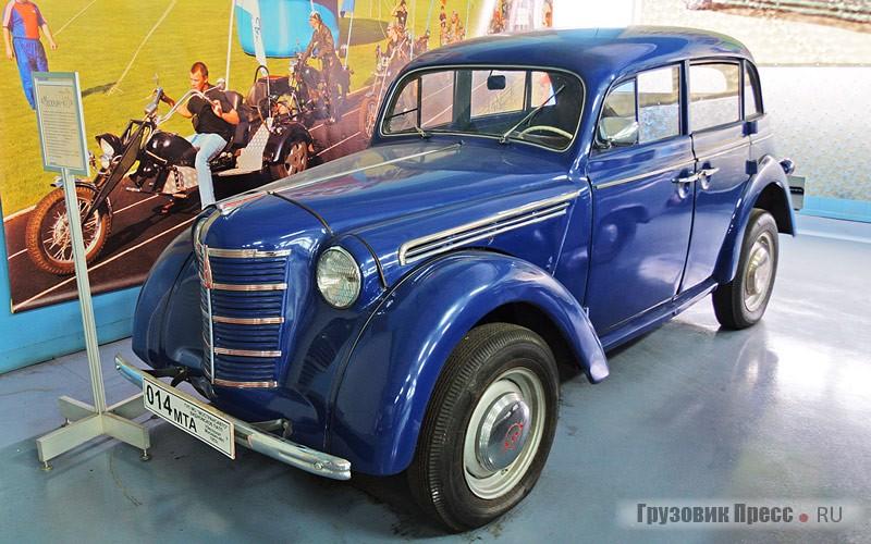 «Москвич» первого поколения – поздней модели [b]М401[/b]. Судя по колее передней оси, при жизни его переделали на «408-й» ход – распространённая переделка для советских лет