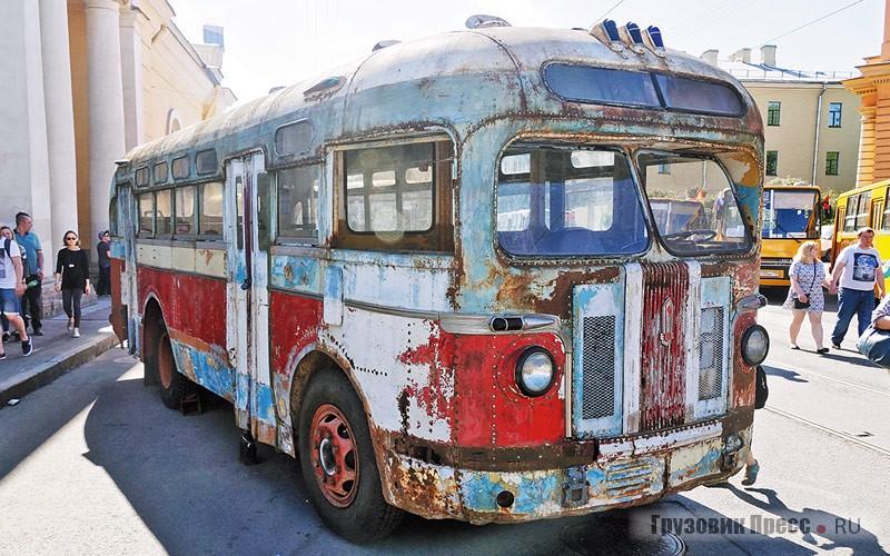 [b]ЗИС-155, 1957 г.[/b] «Пассажиравтотранс», другой пассажирский перевозчик Петербурга, представил свой ЗИС – модели 155, следующего за 154 поколением. Этот автобус 1957 г/в сохранился входовом ипочти комплектном состоянии в Ставрополе. Всё благодаря водителю, который выкупил автобус после списания в 1990 году, и все эти годы поддерживал его работоспособность собственными силами