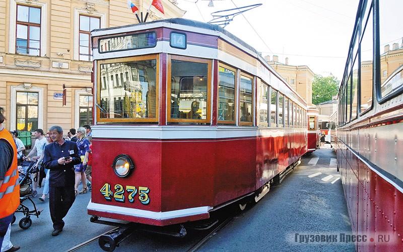 [b]ЛМ-33 (1934 г.) + ЛП-33 (1936 г.).[/b] «Американка» – трамвайный поезд из вагонов ЛМ-33 (Ленинградский моторный, образца 1933года) и ЛП-33 (Ленинградский прицепной). Своё прозвище этот трамвай получил вслед за прообразом – трамвайными вагонами американской фирмы Peter Witt, которые стали образцом для ленинградских инженеров. Первоначально они так и назывались – МА и ПА, т. е. «Моторный американского типа» и «Прицепной американского типа». Такие вагоны эксплуатировались в Ленинграде дольше любыхдругих – 45лет!