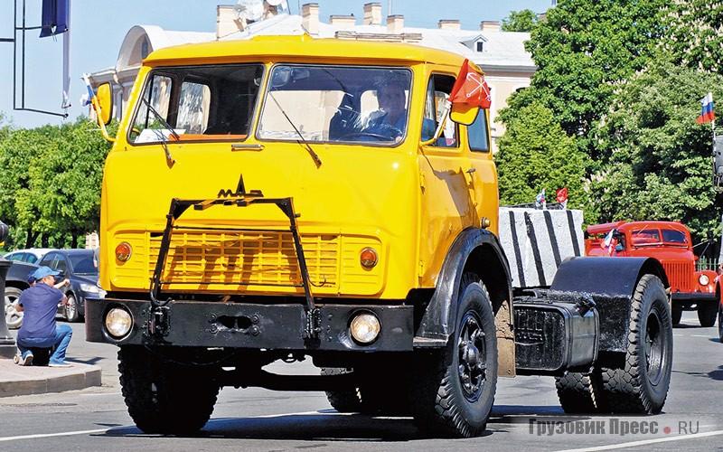 [b]МАЗ-5335.[/b] Балластный тягач на базе позднего «лобастого» МАЗа приехал на парад из Автобусного парка №6, где он служит попрямому назначению – перемещает по ремзоне требующие ремонта автобусы