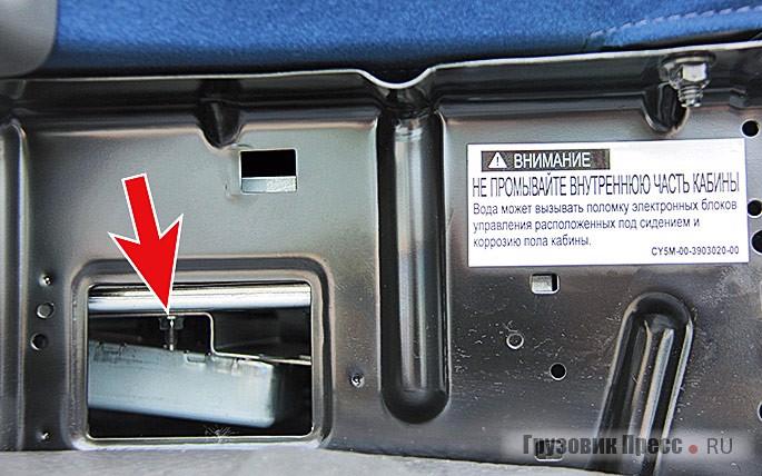 Блок управления двигателем размещен под пассажирским сиденьем, поэтому кабину изнутри запрещено мыть изшланга, о чём предупреждает соответствующий стикер…