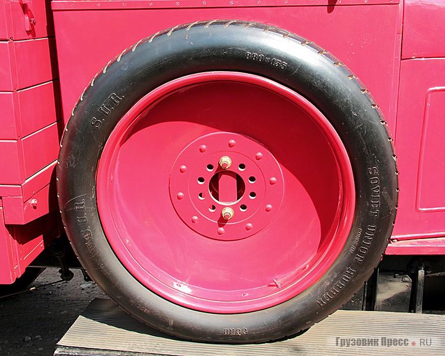 Колёса имели штампованные стальные диски и шины размером 880х135 мм. Напереднем мосту односкатные колёса, на заднем двускатные