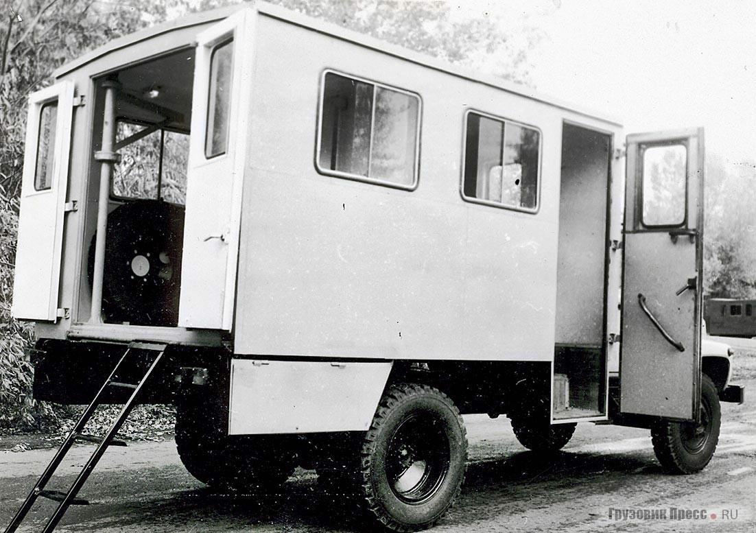 Кузов мастерской МП-17136 разделён перегородкой на два отсека: спереди – пассажирский, сзади – рабочий