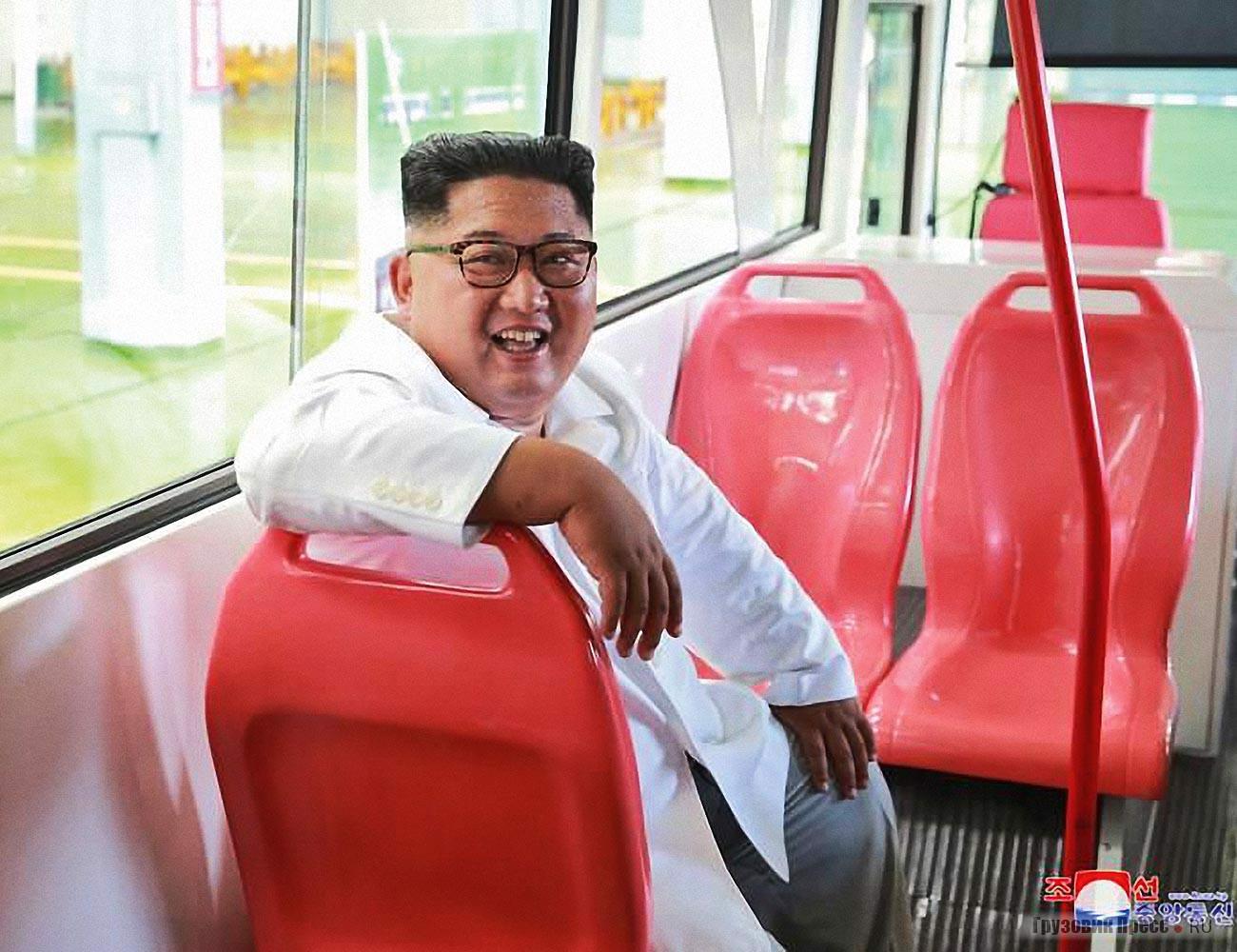 Руководитель страны остался доволен новыми пластиковыми сиденьями в троллейбусе