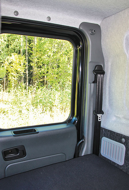 Спальное место в седельном тягаче несколько неординарно из-за унификации кабинного модуля, имеет собственный выход