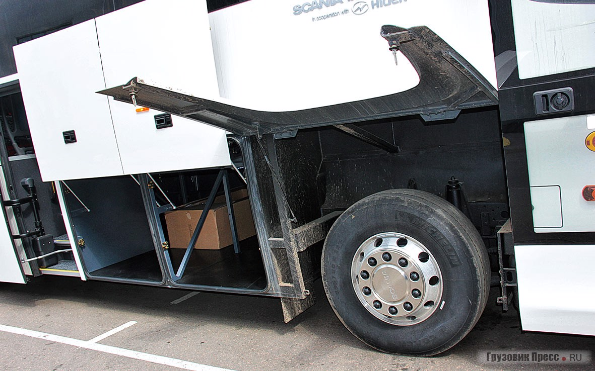 …а если, открыв запоры, поднять облицовки колёсных арок, то имеем прекрасный доступ к передней подвеске и ещё к целому набору узлов