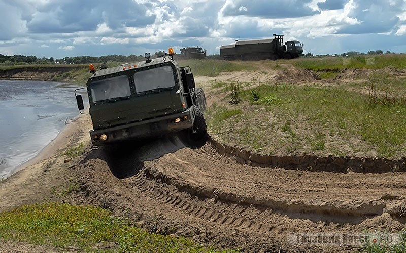 Колёсное шасси демонстрирует свою проходимость по песчаному берегу реки