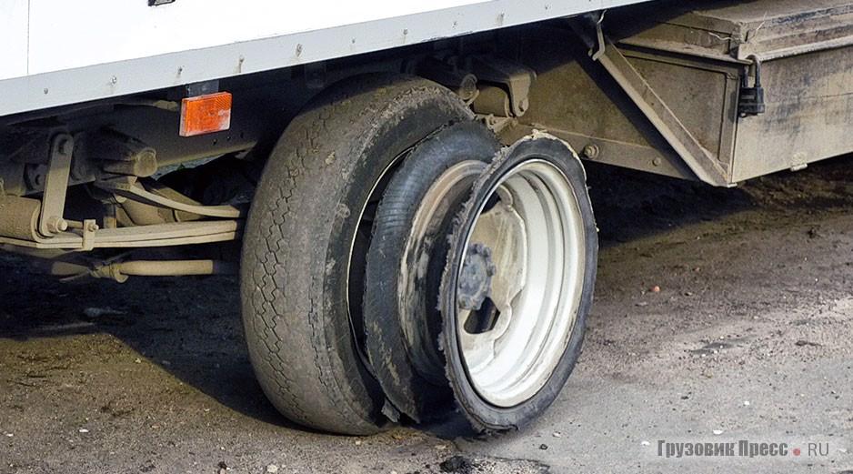 Двойная ошиновка задней оси на малотоннажных грузовичках позволяет доехать до шиномонтажа даже при отсутствии «запаски»