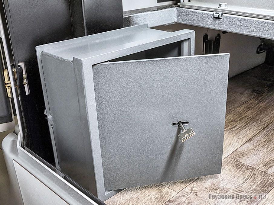 К услугам пассажиров и экипажа имеется запираемый несгораемый сейф