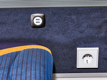 Розетка для напряжения 220 В и USB-разъём для гаджетов