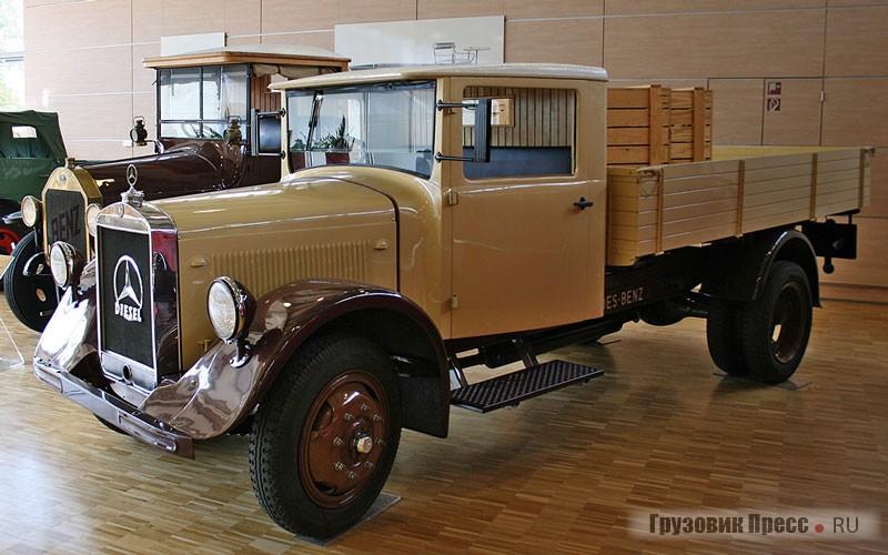[b]Mercedes-Benz LO 2000 (4х2), 1935 г.[/b] <br />Представитель недорогой гаммы для внутригородских перевозок появился сразу после кризиса конца 20-х годов. Довоенный грузовик грузоподъемностью 2 т. Использовался как в народном хозяйстве, так и в армии. На него монтировали 4-цилиндровый двигатель OM 59 рабочим объемом 3744 см[sup]3[/sup] мощностью 55 л.с. Примечательно, что мотор был унифицирован для использования на дизельном топливе и бензине. Дизельный потреблял 13 л/ 100 км, а бензиновый – 22 л/ 100 км. Как и на большинстве машин той поры, руль был справа.