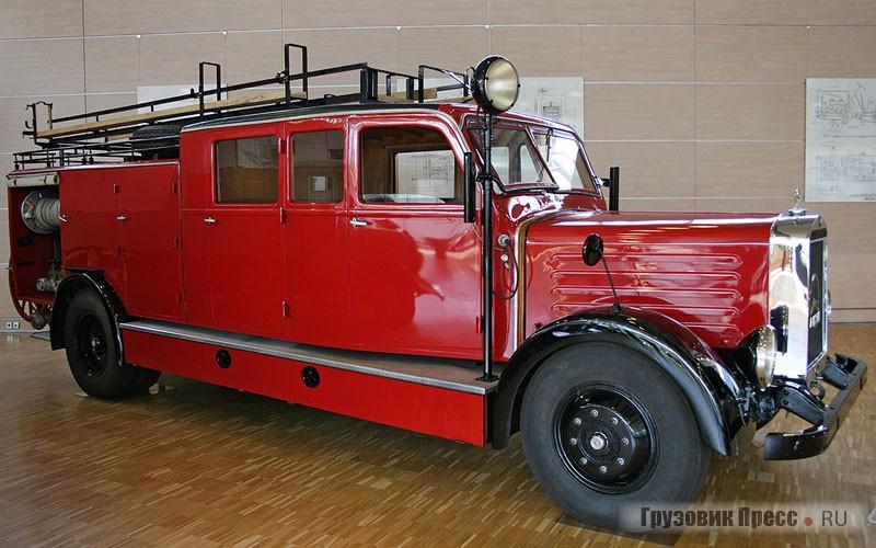 [b]Mercedes-Benz L3750 (4х2), 1939 г.[/b] <br />Появившись в серии накануне Второй мировой войны, в дальнейшем он не раз участвовал в тушении пожаров, вызванных бомбежками союзной авиации. Грузоподъемность 3750 кг. При собственной массе 4500 кг он перевозил в цистерне 1500 л воды, а бортовой насос производительностью 2500 л/ мин был способен выбрасывать струю воды на высоту 80 м. Под капотом размещали 6-цилиндровый рядный 100-сильный дизельный двигатель OM 67 рабочим объемом 7270 см[sup]3[/sup]. Вся бригада брандмейстеров размещалась в удлиненной сдвоенной кабине.