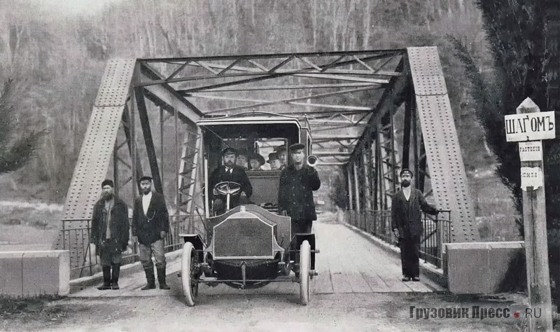 16-местный автобус «Штевер» на мосту через Мацесту. Газеты писали, что кузов машины изготовили в Одессе. Окрестности Сочи. 1905 г.