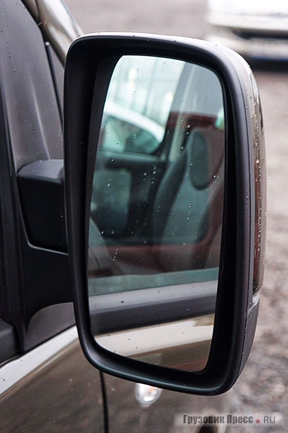 Зеркала заднего вида в версии с окрашенными корпусами имеют единую линзу