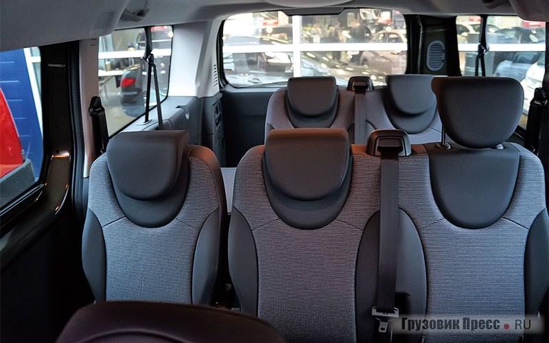В пассажирской версии планировка трёхрядная, причём возможны сиденья трёх типов