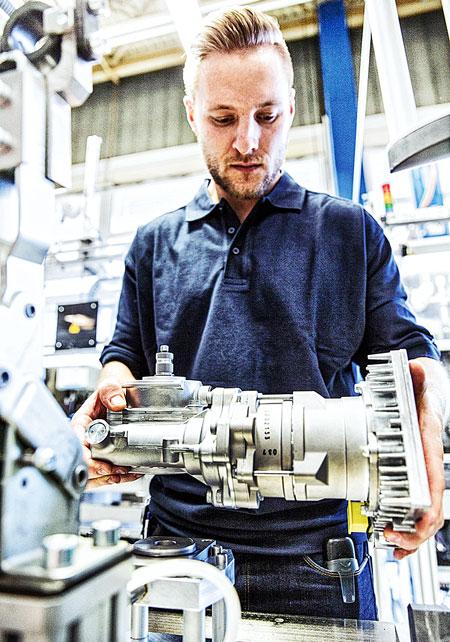 Так выглядят насос гидроусилителя с приводом со стороны маховика и электроусилитель Servotwin (автомобили Mercedes-Benz) на рулевом валу