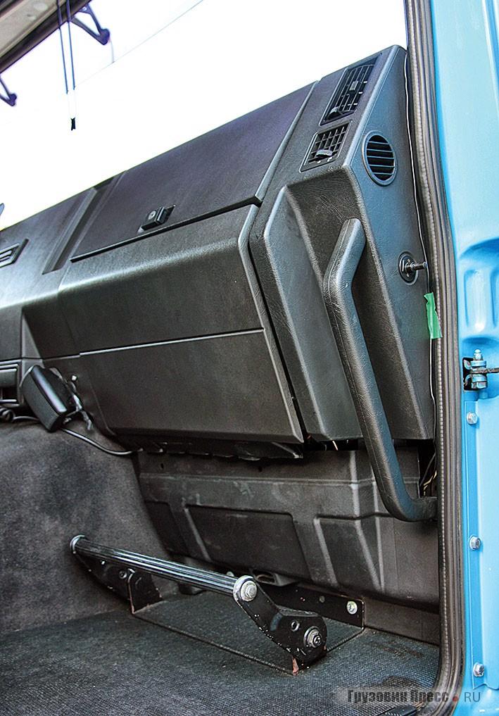 Привет из недавнего прошлого – подставка для отдыха ног сменного водителя появилась вместе с площадкой для отдыха левой ноги