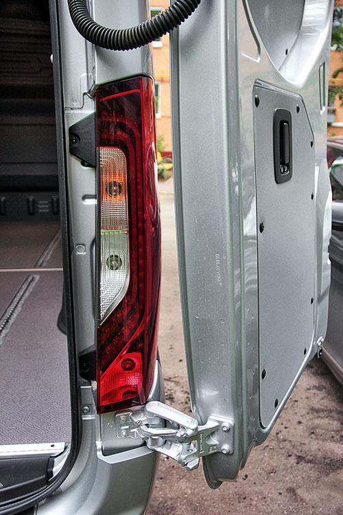 Двери фургона распахиваются на 90, 180 и 270º, фиксируются сами
