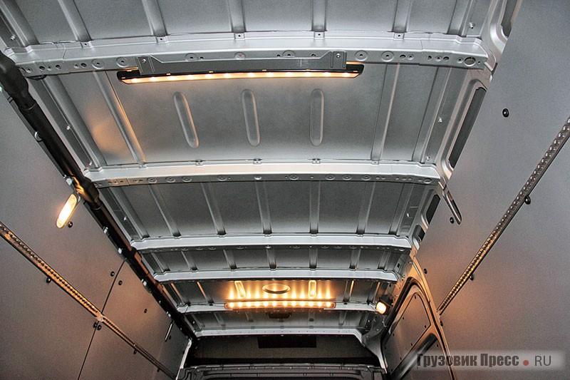 Для крепления груза предусмотрены многочисленные петли и шины в форме специализированных алюминиевых профилей, которые могут быть установлены на боковинах, перегородке, потолке и на полу