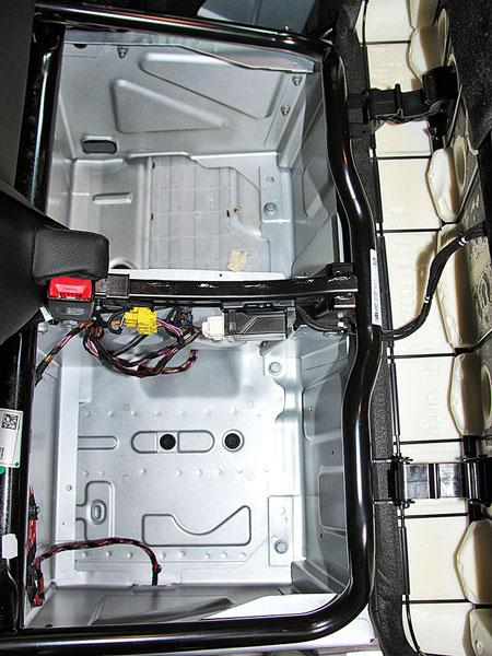 Сегментно открывающиеся «багажники» под подушками пассажирского сиденья, электронные блочки электрообогрева немного мешают размещению багажа