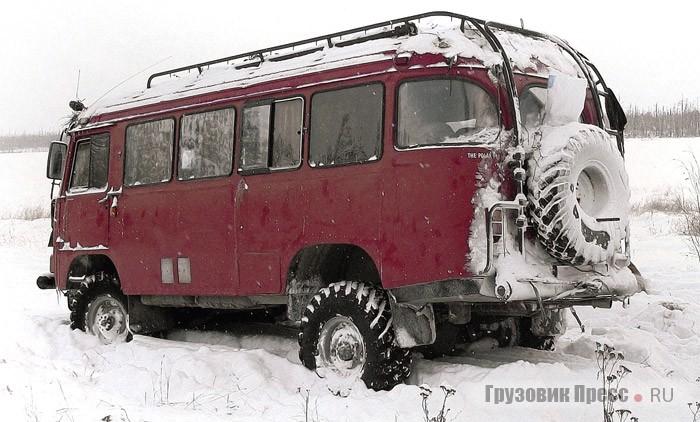 Мосты от ГАЗ-66 придали автобусу впечатляющую проходимость на снегу, достойную «шишиги», и позволяют форсировать метровые броды