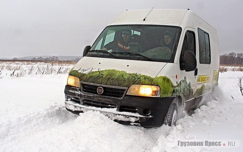Это участок для машины и её водителя оказался сложным, но с заблокированным дифференциалом заднего моста, постепенно пробивая себе путь в снегу, она прошла его без посторонней помощи