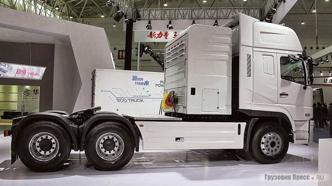 Седельный тягач Dongfeng Shiyan T7 420 6X4 LNG модели EQ4250GLN2 с рядной, 13-литровой «шестёркой» Yuchai YC6K420N-50 (420 л.с., 1800 Н·м при 1000–1500 об/мин). Мотор уровня China V (Euro 5) агрегатируется с 12-ступенчатой МКП FAST 12JSD200TA. За кабиной размещены 2 ёмкости для хранения CПГ объёмом по 450 л каждый, вмещающих 370 кг газа. Снаряжённая масса увеличилась на 650 кг и составляет 10,625 т