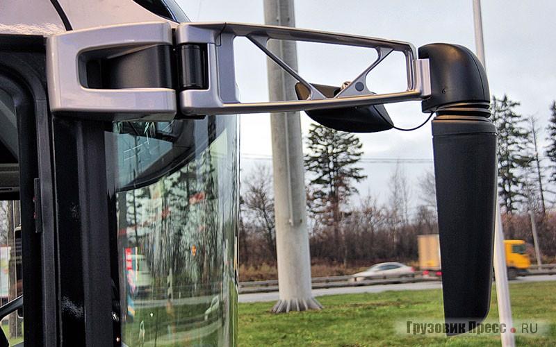 Зеркальные блоки вопреки модной традиции не на длинных выносных стойках, а на аккуратных кронштейнах скромной длины с мощными рёбрами жёсткости: слева вообще в непосредственной близости от пилота, справа немного выведен на необходимое и достаточное удаление