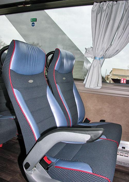 Сиденья модели Deluxxo c двухточечными ремнями безопасности, обитые тканью Aunde Pandora c кожаными подголовниками и боковинами, включая кожаную окантовку