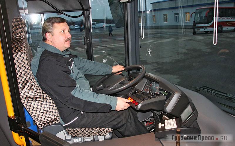 Место водителя не отгорожено от салона, и при частых остановках приходится надевать куртку: холодно…