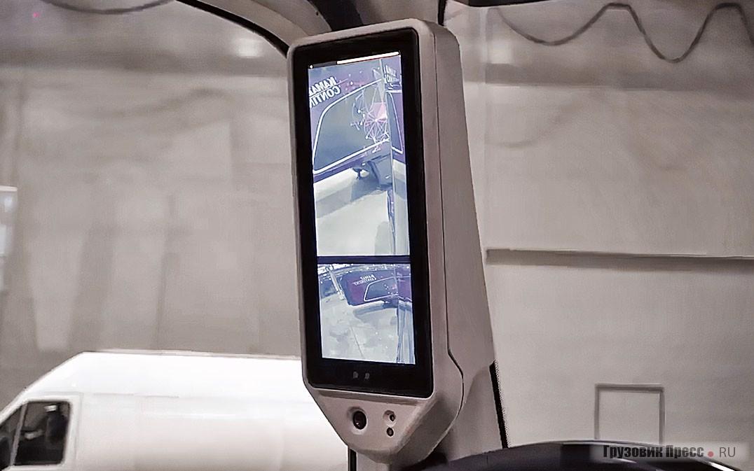 Камеры заднего обзора передают изображения на два монитора