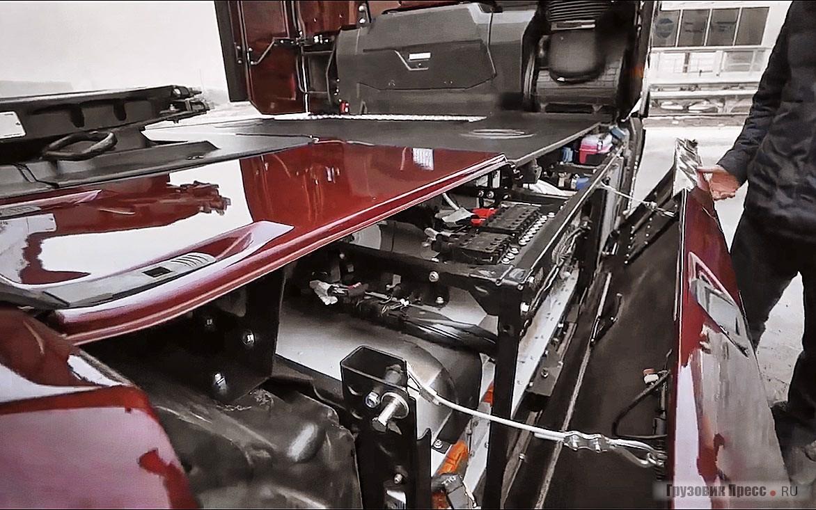 Аккумуляторы и блок управления комбинированным приводом расположен с правой части