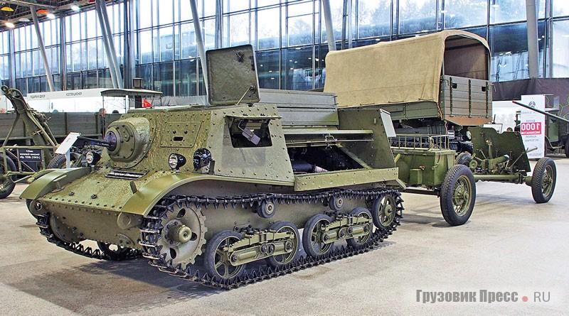 [b]Бронированный трактор Т-20 «Комсомолец»[/b] представлен Мастерской Евгения Шаманского. «Копанина», как говорят поисковики – извлечённый из земли экземпляр, блестяще отреставрированный. Такой артиллерийский тягач мог побывать и на Великой Отечественной, и на Финской войне, его начали выпускать в 1937 году. Изготовили 7780 штук. По числу гусеничных тягачей разного класса мы мало уступали будущим противникам