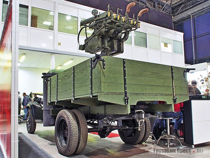 Небо над стендом ФГУП НАМИ защищал весьма экзотический микст из [b]газогенераторного ГАЗ-42 с зенитно-пулемётной установкой 4-М[/b] из четырёх 7,62-мм пулемётов системы Максим. Впрочем, таких установок выпущено 12 000, так что, возможно, какие-то из них ставили даже на слабенькие газогенераторные «полуторки». Экспонат восстановлен в мастерской Simonov Motors
