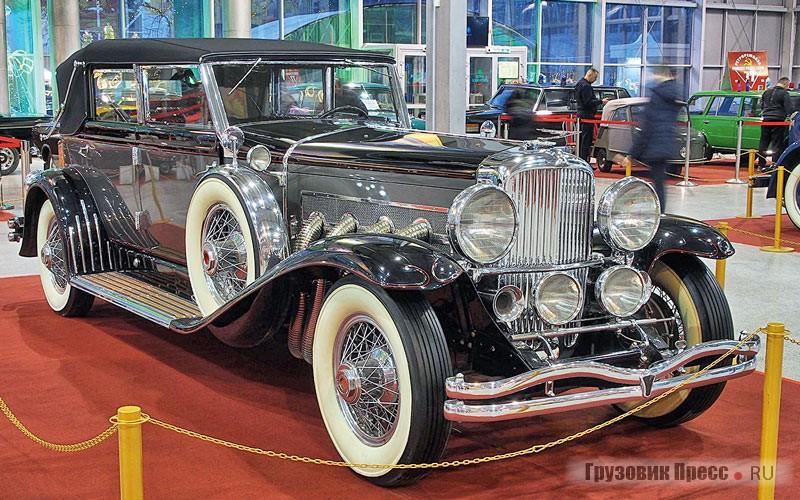 Есть легковые автомобили, мимо которых не пройдёт даже самый закоренелый дальнобойщик. [b]Duesenberg Model J с кузовом Convertible Berline ателье Le Baron был выпущен в 1929 году.[/b] На то время «дюзенберги» считались самыми совершенными и дорогими автомобилями мира. 8-цилиндровый рядный мотор с четырьмя клапанами на цилиндр и двумя верхними распредвалами выдавал 265л.с. Данный экземпляр был продан на аукционе RM Sotheby's 10 марта 2012года за $803 000