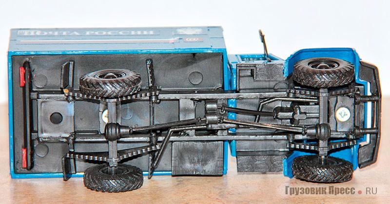 У краснодарского пластикового ГАЗ-3308 вполне достойно выполнена полноприводная «лаптёжная» ходовая часть 4х4