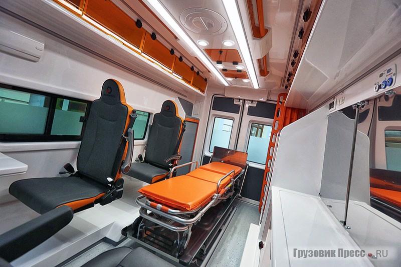 Салон АСМП для перевозки больных на дальние расстояния рассчитан только на одного пациента