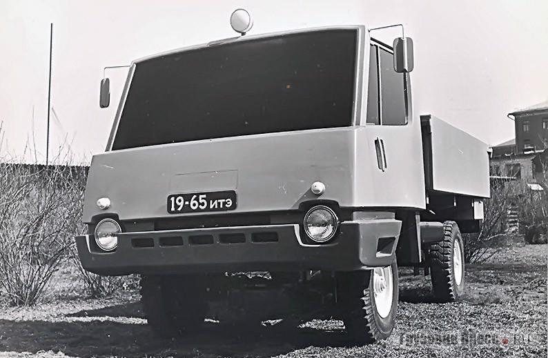 Макет грузового автомобиля УАЗ на территории ВДНХ возле бывшего образцового четырёхрядного коровника, отведённого под мастерские ВНИИТЭ, 1965 г.