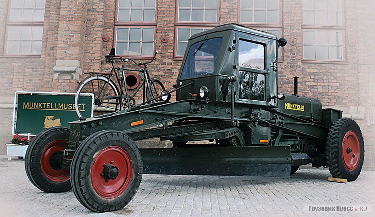 На раме автогрейдера Munktell Typ 30 в топовой комплектации отштампована крупная надпись Domnarfvet N.P.24. Темно-зеленый цвет для окраски выбран не случайно: он очень практичен. Катафоты же на раме появились позже