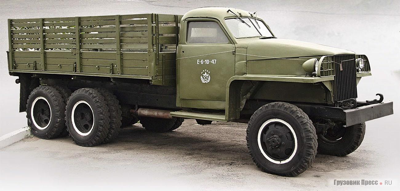 Studebaker US6, поставляемый в нашу страну по ленд-лизу. Его «отверточная» сборка осуществлялась на многих сборочных заводах на территории СССР. Родная металлическая платформа на Studebaker не сохранилась и вместо нее установлена стандартная от ЗИЛ-131
